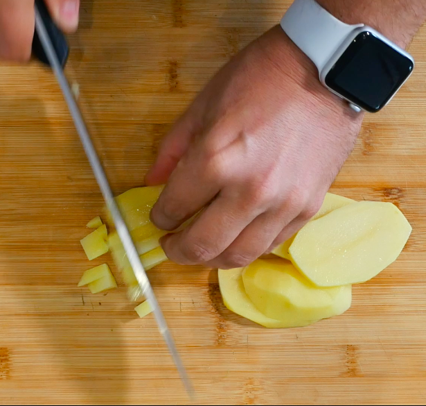 Per prima cosa, tagliare le patate a cubetti e lo scalogno finemente.