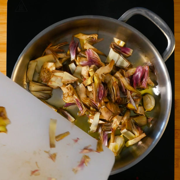 Tagliare i carciofi a spicchi sottili e saltarli in padella con uno spicchio di aglio, sfumare con vino bianco e condire con sale e pepe.