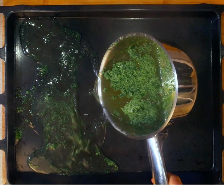 Versare su una placca d'acciaio il composto di rucola per lasciar apprendere la gelatina. Lasciarla quindi solidificare.