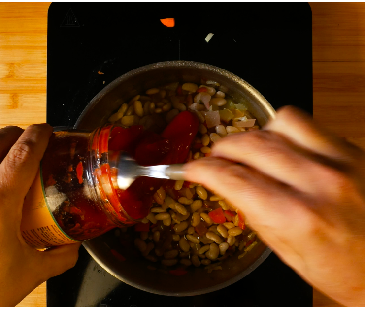 Aggiungere la salsa di pomodori San Marzano e del brodo vegetale.