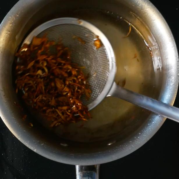 Friggere il carciofo tagliato in olio a 140° fino a renderlo croccante.