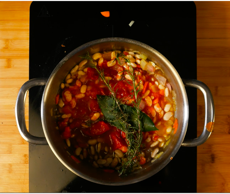 Mettere un bouquet guarnito con le erbe e bollire fino a cottura dei fagioli.