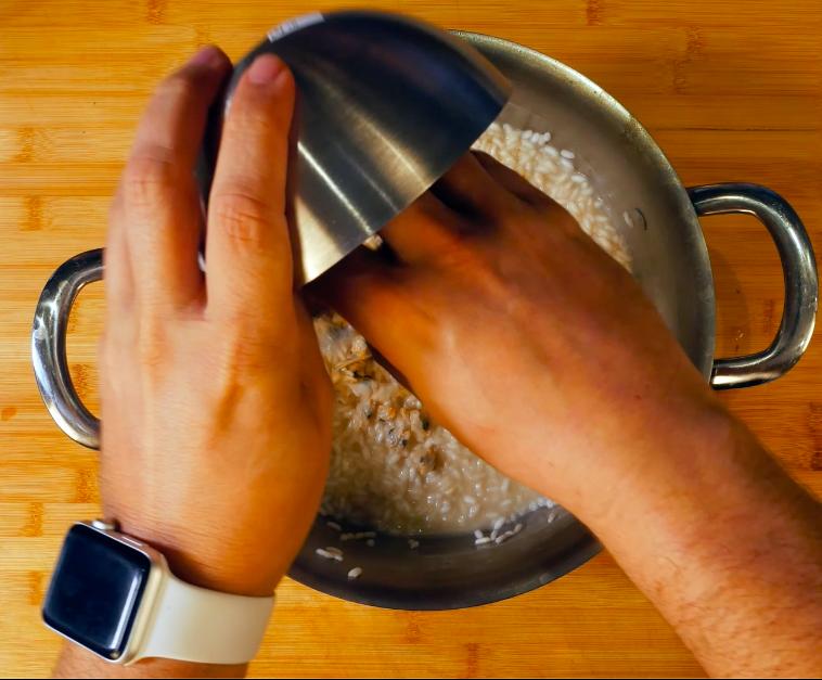 Mantecare il risotto con il restante burro acido, la buccia di lime, 40 gr di distillatodi lime e 50 ml di Franciacorta. Unire poi le telline e aggiustare di sale e pepe.