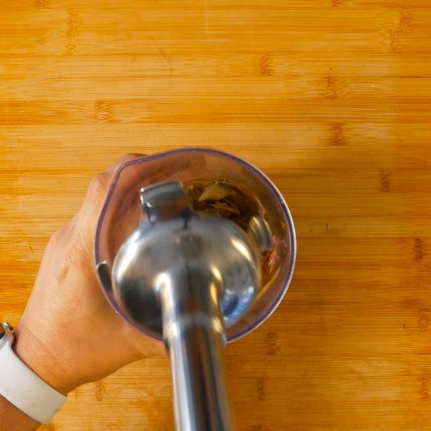 Frullare i carciofi saltati in padella precedentemente con un minipimer per creare una salsa.