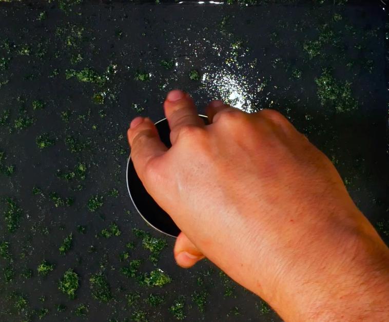 Quando il composto di rucola si sarà raffreddato, si può procedere al taglio con l'aiuto di un coppapasta per ricavare 4 cerchi di diamentro di 7 cm.