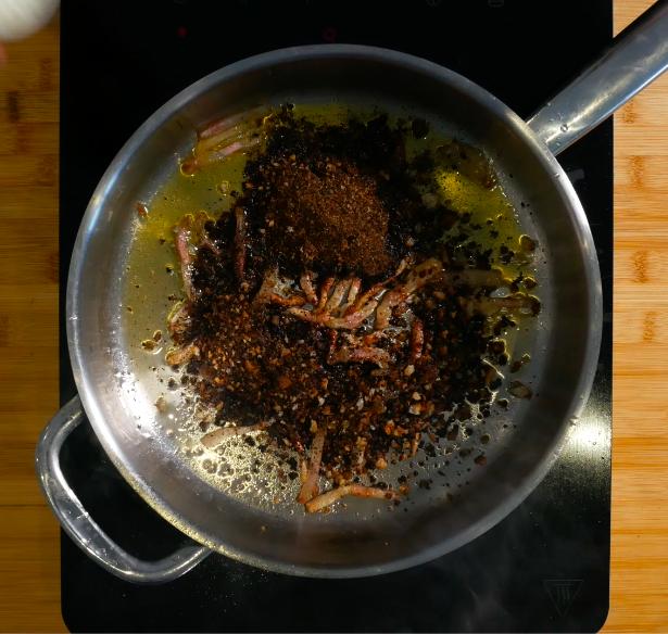 Rosolare il guanciale con olio EVO e unire poi il pane frullato precedentemente. Aggiungere un po' di pecorino. Frullare poi il tutto.