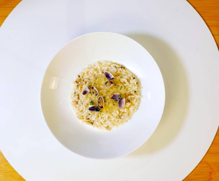 Posizionare il riso su un piatto di vostro gradimento, adagiare al centro la gelatina di rucola, e posizionare le telline per decorare.